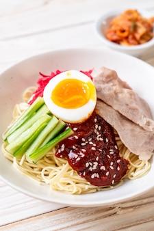 Bibim naengmyeon - koreański zimny makaron