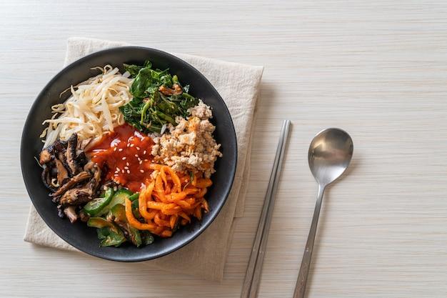 Bibimbap, koreańska pikantna sałatka z miską ryżu - tradycyjnie koreańska kuchnia