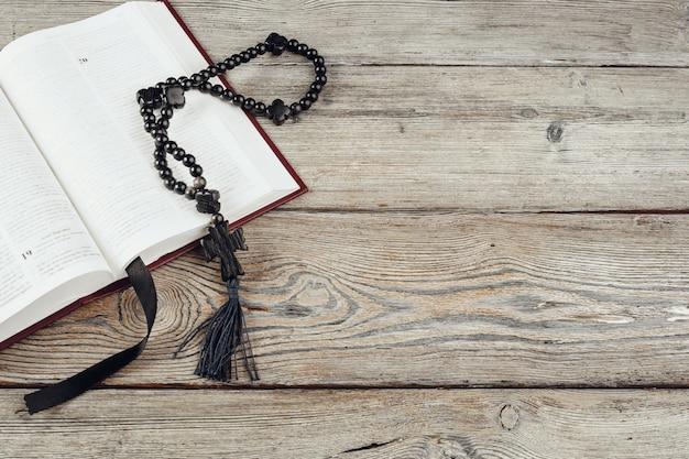 Biblia i krucyfiks na starym drewnianym stole