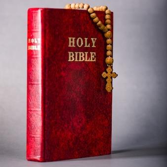 Biblia i krzyż w religijnej koncepcji