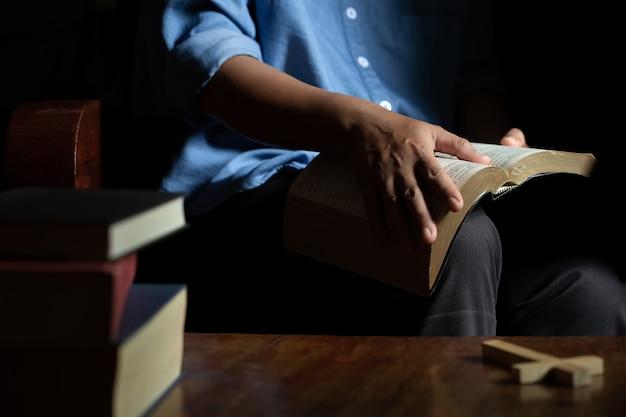 Biblia na drewnie