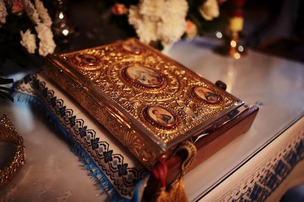 Biblia na stole ołtarzowym. wiara i religia.