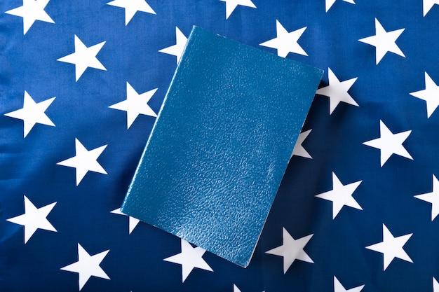 Biblia na wierzchu amerykańskiej flagi