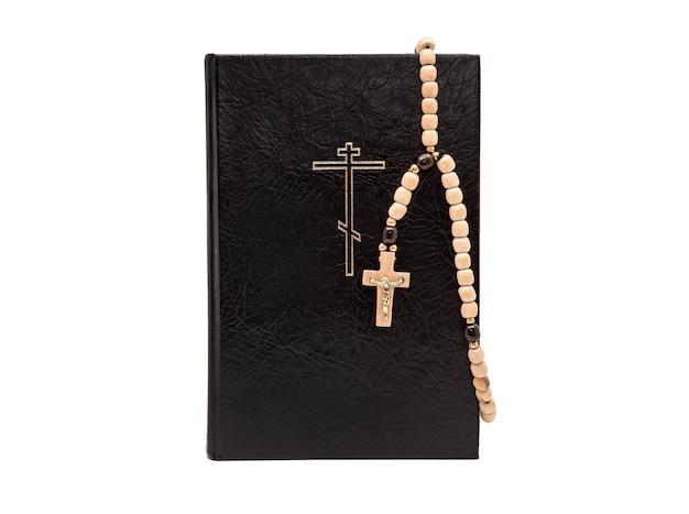 Biblia z różańcem na białym tle