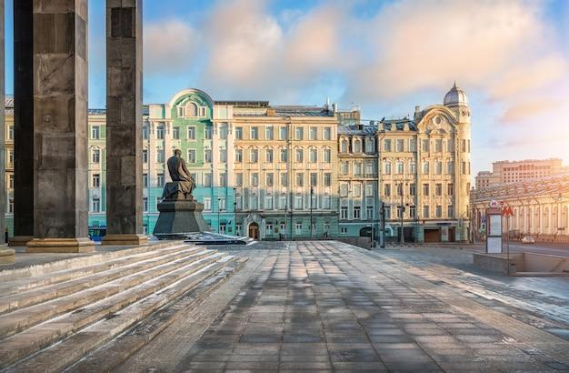Biblioteka lenina w moskwie i pomnik dostojewskiego w słoneczny zimowy dzień