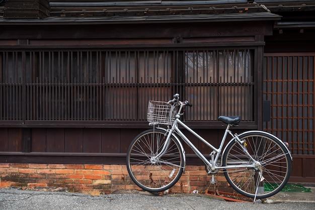 Bicykl przy takayama starym miasteczkiem, japonia