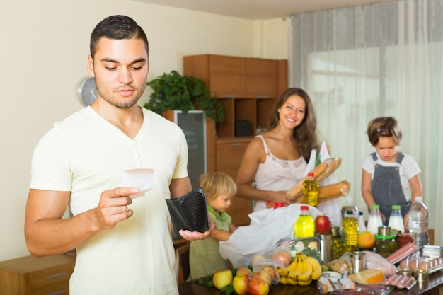Biedna rodzina z torbami z jedzeniem