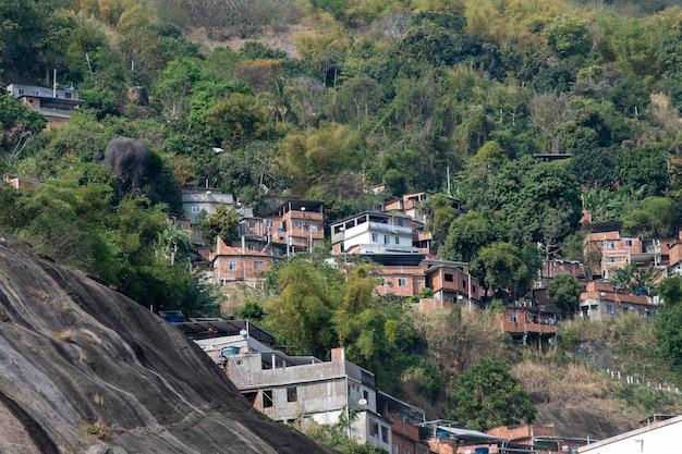 Biedna społeczność (favela) w mieście rio de janeiro na zboczu wzgórza, blisko lasu