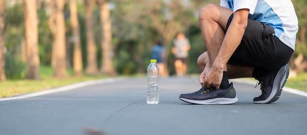 Biegacz działa na drodze na zewnątrz. sportowiec jogging i ćwiczenia na chodnik