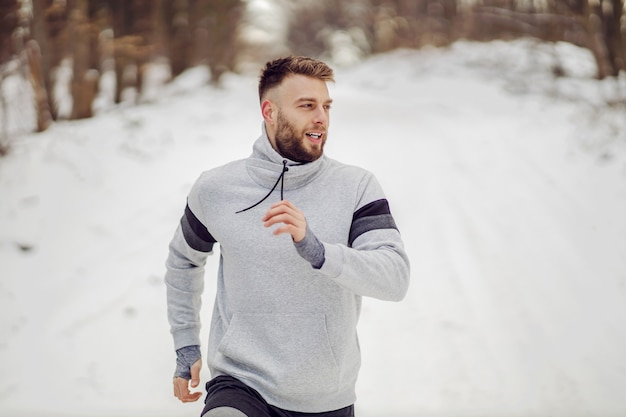 Biegacz działa w przyrodzie na śniegu w zimie