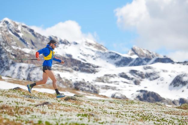 Biegacz górski z pałeczkami w treningu zjazdowym