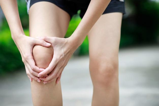 Biegacz miał dużo bólu kolana w parku.
