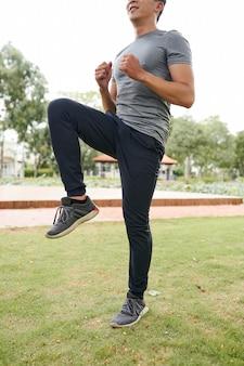 Biegacz robi wysokie kolana
