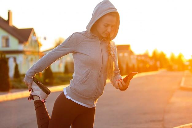 Biegacz sportowiec działa na drodze. kobieta fitness jogging koncepcja treningu odnowy biologicznej.