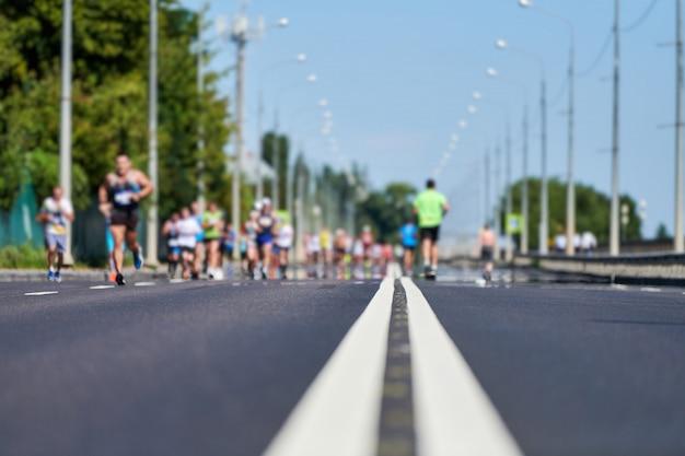 Biegacze na miejskich drogach