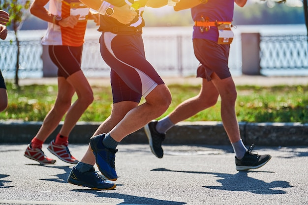 Biegacze. sportowcy biegający w odzieży sportowej na miejskiej drodze