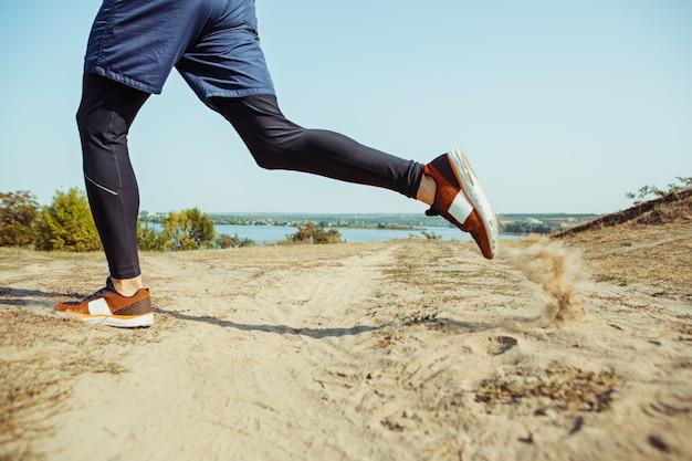 Bieganie. biegacz człowiek sprint na świeżym powietrzu w malowniczej przyrodzie.