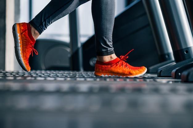 Bieganie na bieżni na siłowni.