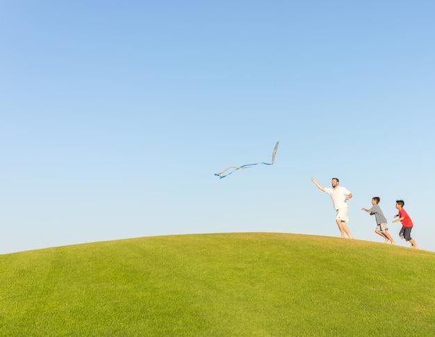 Bieganie z latawcem na letnie wakacje, idealna łąka i niebo nad morzem