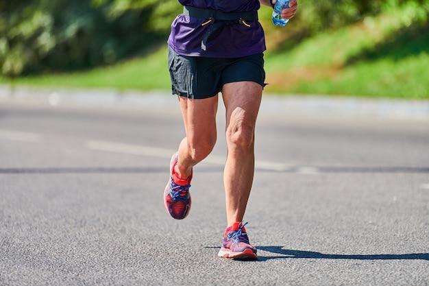 Biegnąca kobieta. kobieta fitness jogging w odzieży sportowej na drodze miasta
