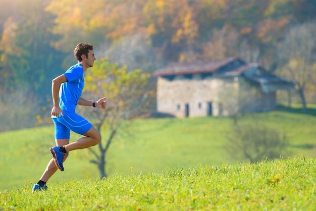 Biegnij do natury w górach, sportowiec.