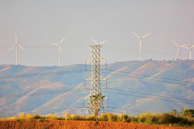 Biegun energii elektrycznej pobiera prąd elektryczny z transferu turbiny wiatrowej do domu, miasta, miasta