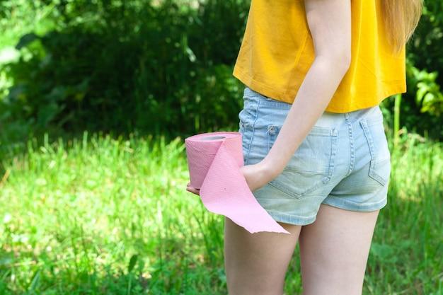 Biegunka kobiet w ręku trzymając papier toaletowy