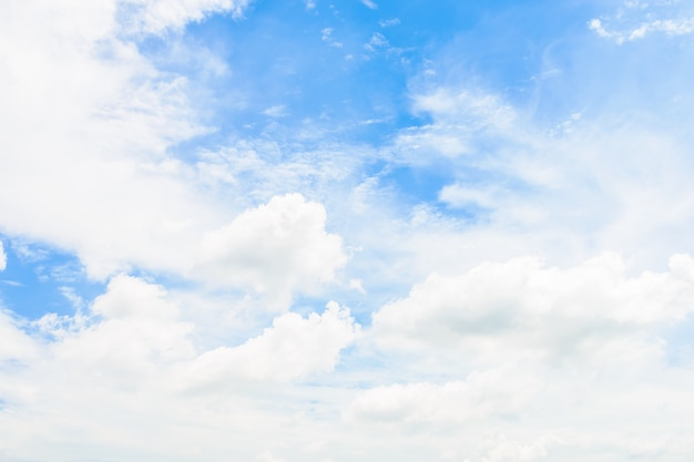 Biel chmura na bluy nieba tle