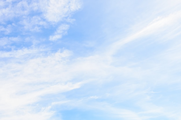 Biel chmura na niebieskiego nieba tle