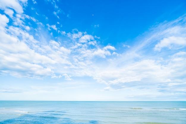 Biel chmura na niebieskim niebie i morzu