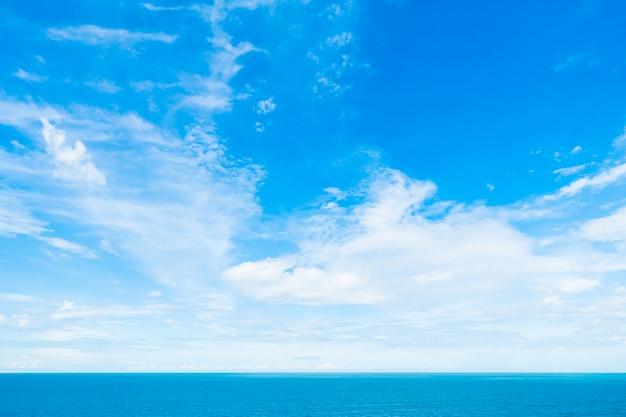 Biel chmura na niebieskim niebie z morzem i oceanem