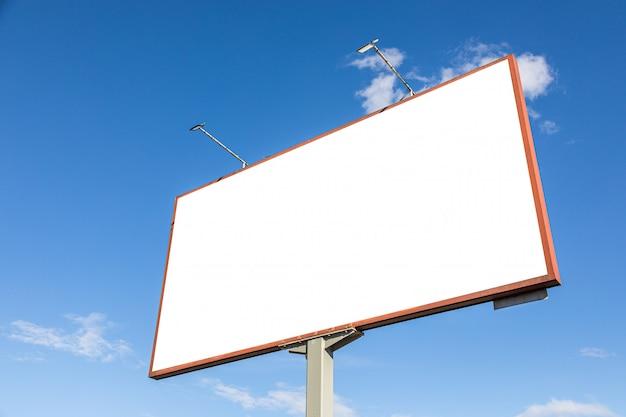 Biel reklamy billboardu pusty makieta przeciw niebieskiemu niebu