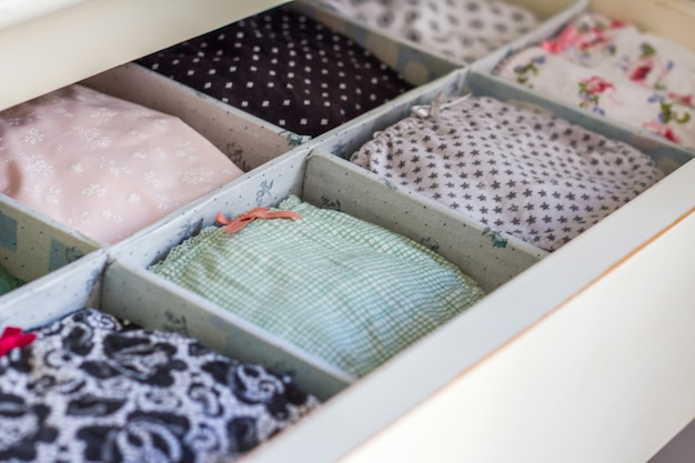 Bielizna damska z różnymi wzorami i laniami zamówiona w osobistej szafie