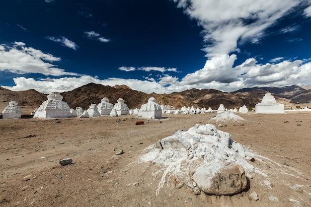 Bielone buddyjskie czorteny ladakh