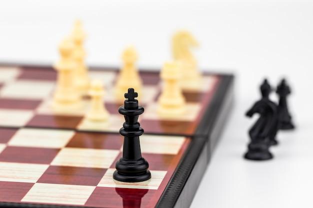 Bierka szachowa króla z figurami szachowymi stojącymi.