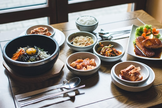 Biesiadowanie na bibimbap, kimchi i innych tradycyjnych koreańskich potrawach
