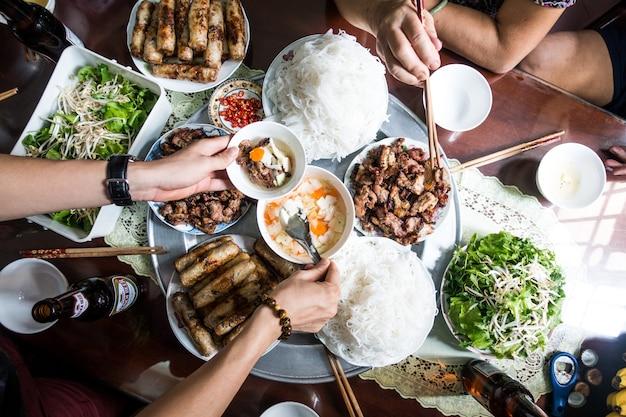 Biesiadowanie z rodziną na wietnamskim tradycyjnym jedzeniu