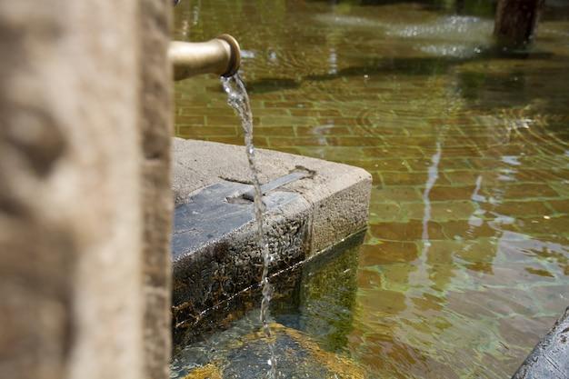 Bieżącej wody do starej fontanny z