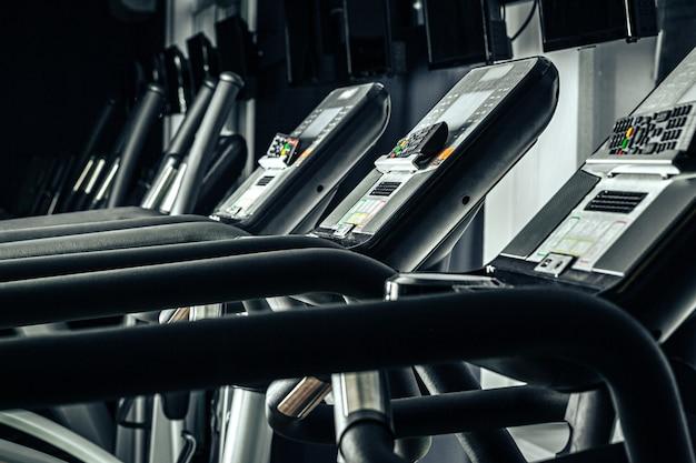 Bieżnia ekran w nowej siłowni z bliska