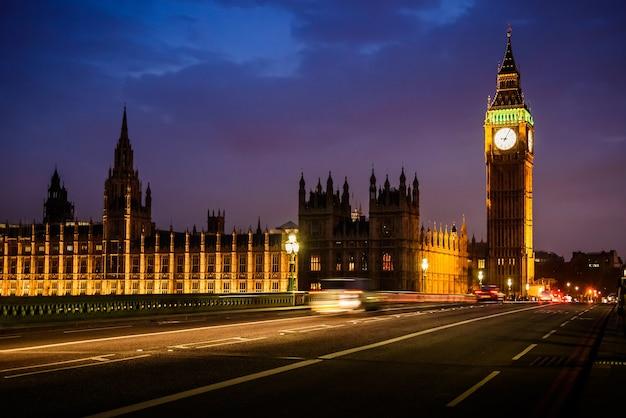 Big ben clock tower i house of parliament w nocy, londyn, wielka brytania