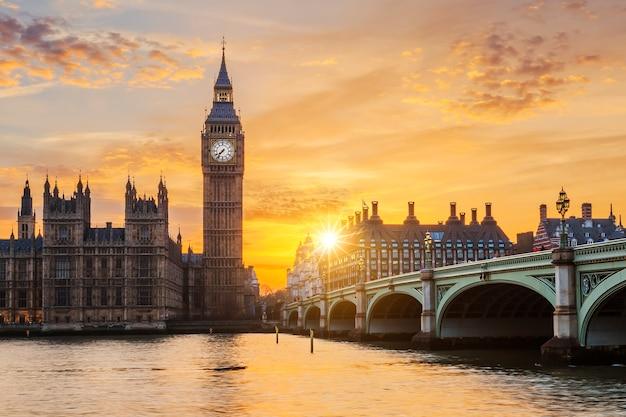 Big ben i westminster bridge o zachodzie słońca, londyn, wielka brytania