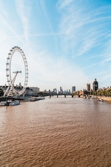 Big ben i westminster bridge z tamizą w londynie w wielkiej brytanii