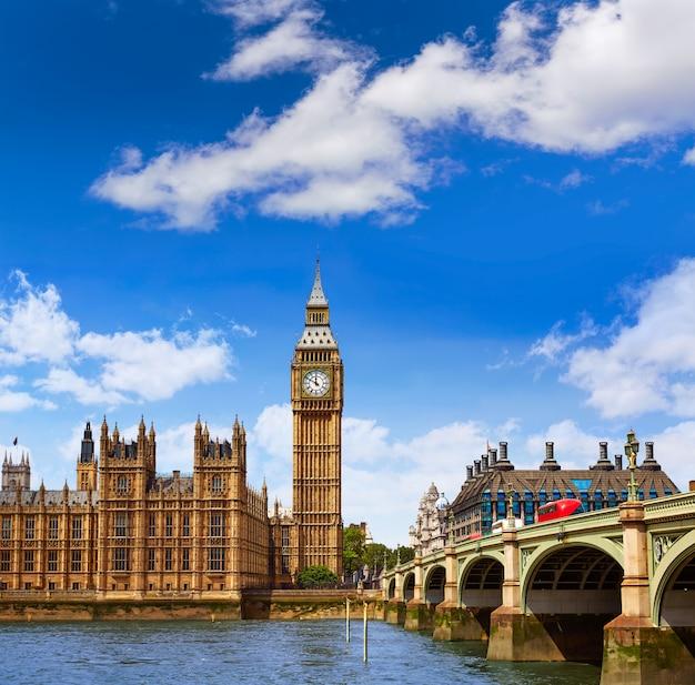 Big ben london wieża zegarowa w wielkiej brytanii, tamiza
