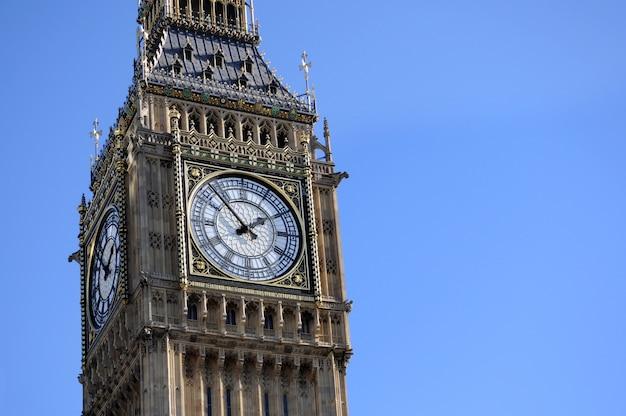 Big ben w londyn z niebieskiego nieba tłem