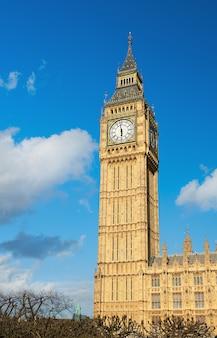 Big ben wierza w londyn na słonecznym dniu