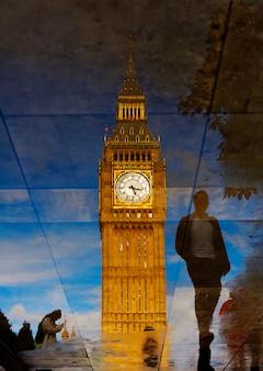 Big ben zegarowy wierza kałuży odbicie londyn