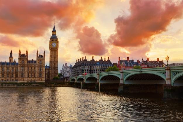 Big ben zegarowy wierza londyn przy thames rzeką