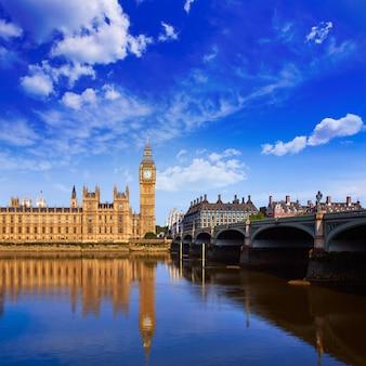 Big ben zegarowy wierza w londyńskim anglia