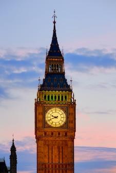 Big ben zegarowy wierza w londyńskim zmierzchu anglia