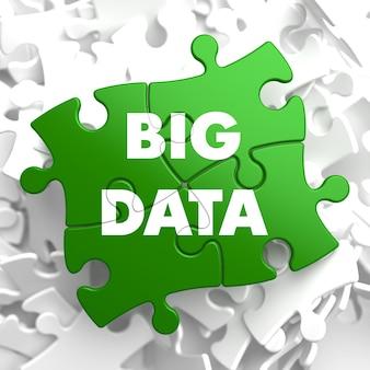 Big data na zielonej łamigłówce na białym tle.
